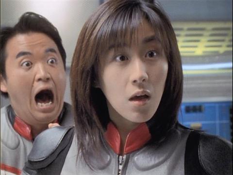 シンジョウ隊員の事を言われ驚くユミムラ・リョウ隊員(演:斉藤りさ)