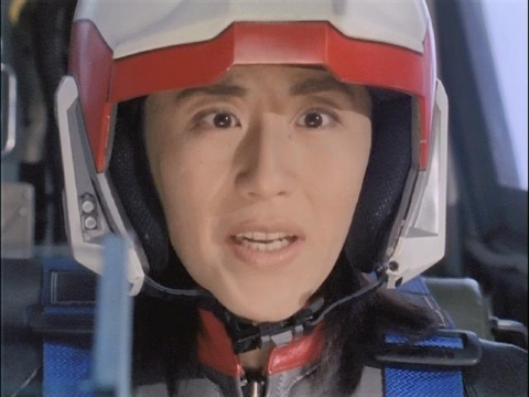 亜空間バリアーが破れず驚くユミムラ・リョウ隊員(演:斉藤りさ)