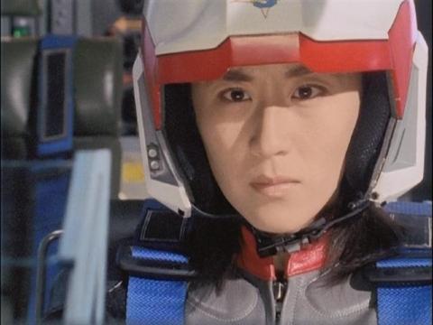 ジオモスに攻撃を仕掛けるユミムラ・リョウ隊員(演:斉藤りさ)