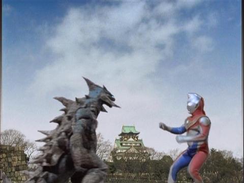 大阪城をバックに戦うウルトラマンダイナとネオジオモス