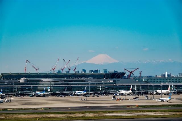 国際線ターミナルと富士山
