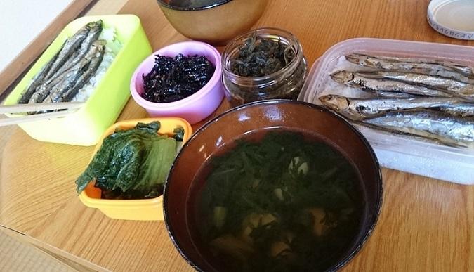 春菊のおすまし、めざし、高菜、紫蘇昆布、ピーマンの葉っぱ