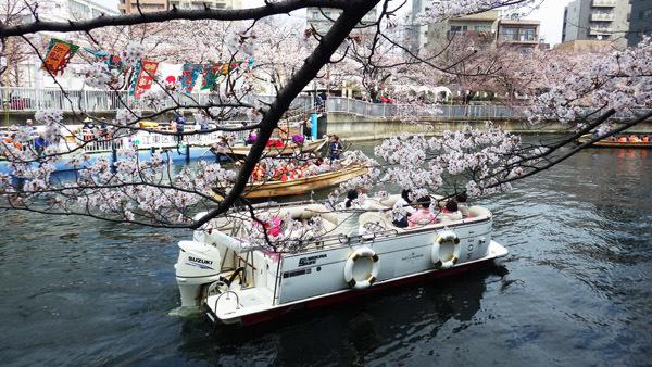 いろいろな舟が浮かぶ大横川