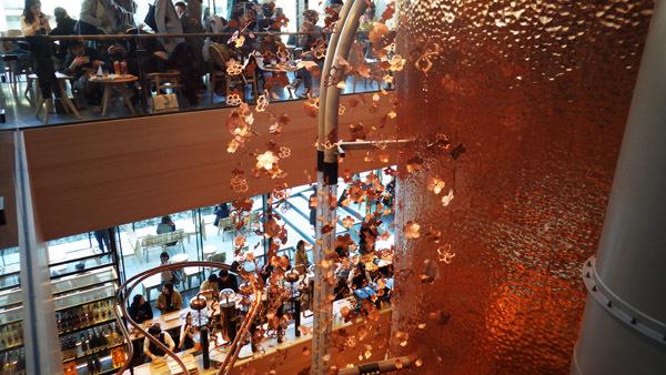 ロースタリー 高さ約17mの桜が施された銅板のキャスク
