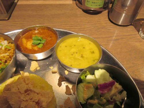 エリックチキンカレー、本日の南インド菜食小皿、サラダ