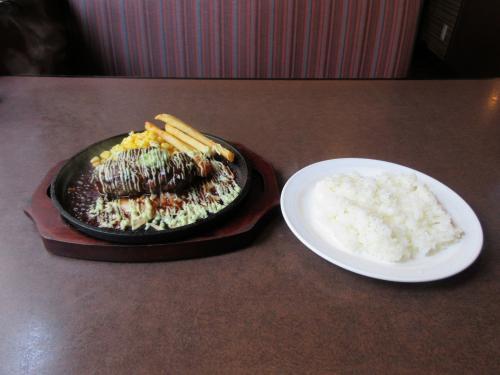 刻みわさびとマヨネーズで食べる荒挽きハンバーグステーキランチ