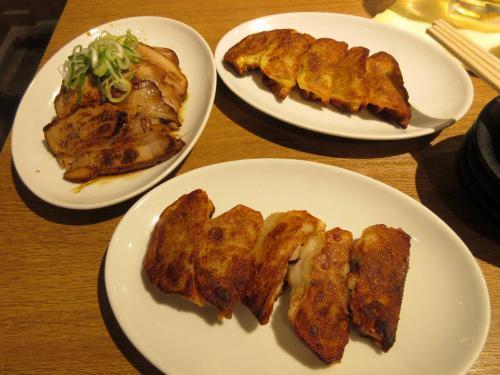 焼餃子2枚と炙りチャーシュー