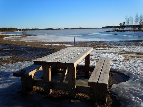 湖のベンチ