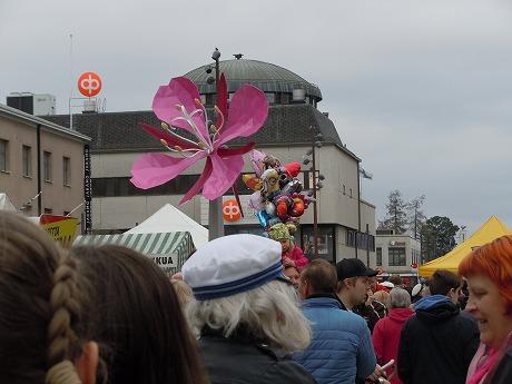 Vappu花の像と風船