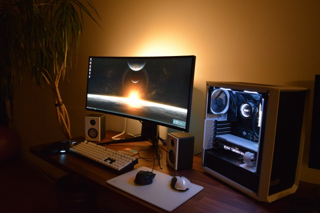 PC_Desk_UltlaWideMonitor42_46.jpg