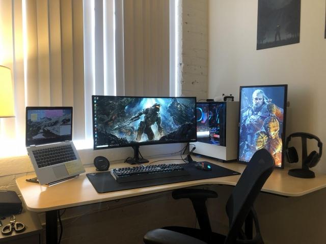 PC_Desk_UltlaWideMonitor42_51.jpg