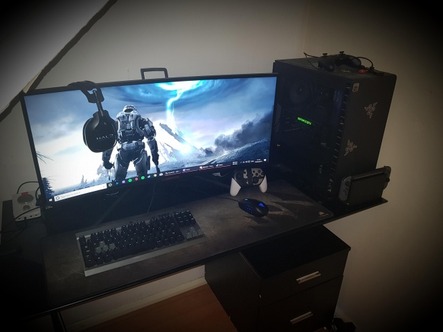 PC_Desk_UltlaWideMonitor43_08.jpg