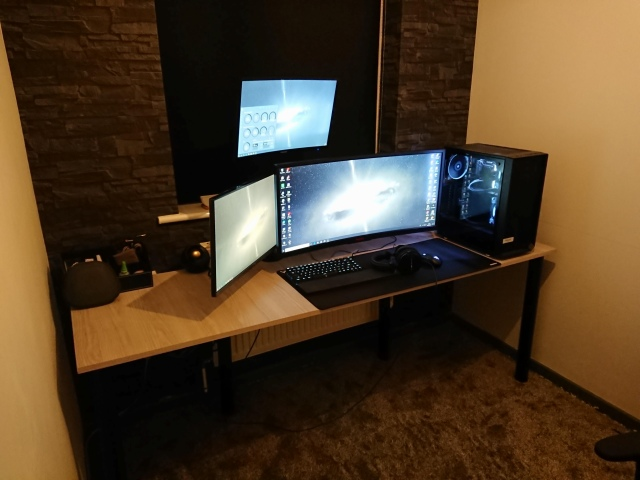 PC_Desk_UltlaWideMonitor44_42.jpg