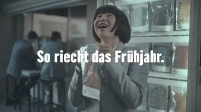 【動画】ドイツさん、白人男性の使用済み衣類をアジア人女性が買って喜ぶCMを流しフェミさん激怒