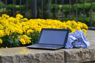 パソコンを公園で使うイメージ