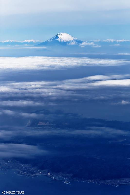 絶景探しの旅 - 0876 三浦半島上空からの富士山と宝永火口 (神奈川上空)