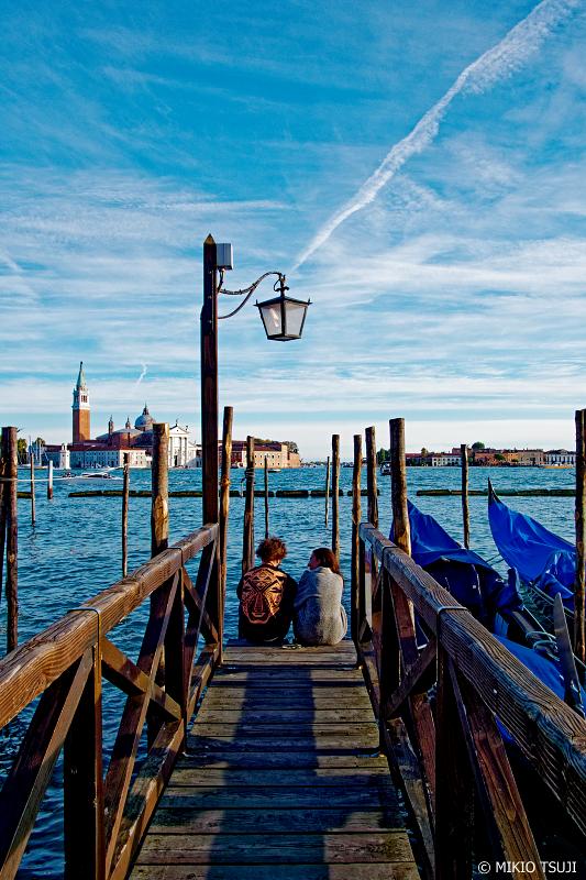 絶景探しの旅 - 0881 運河の桟橋にたたずむ2人 (イタリア ベネチア)