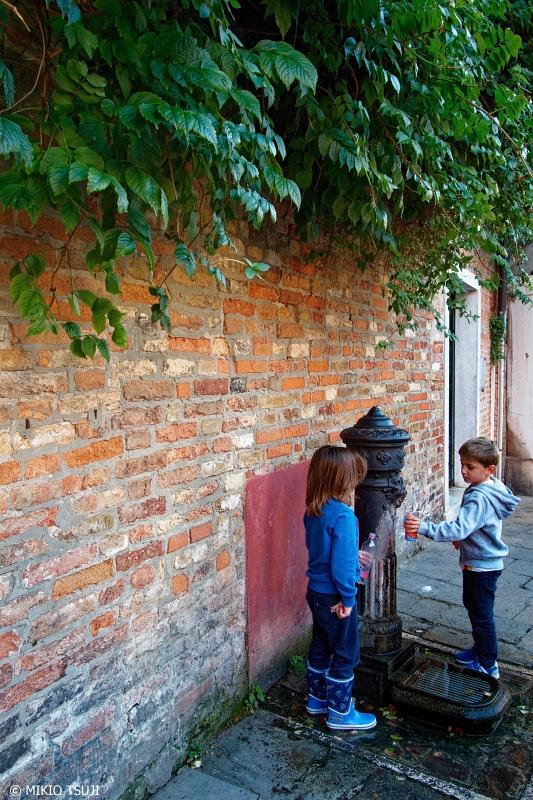 絶景探しの旅 - 0883 ベネチアの水汲みをする子供たち (イタリア ベネチア)