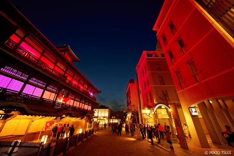 絶景探しの旅 - 0890 不死鳥のように赤く光輝く道後温泉本館 (愛媛県 松山市)