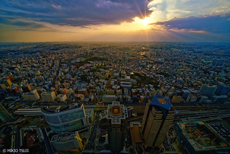絶景探しの旅 - 0893 横浜の街に差し込む夕陽 (ランドマークタワー/横浜市 西区)