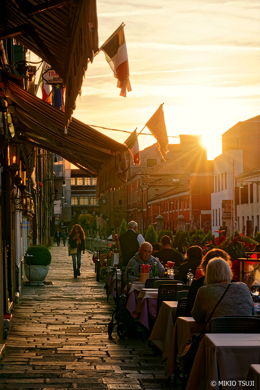 絶景探しの旅 - 0902 夕陽を浴びる石畳の通り (イタリア ベネチア)