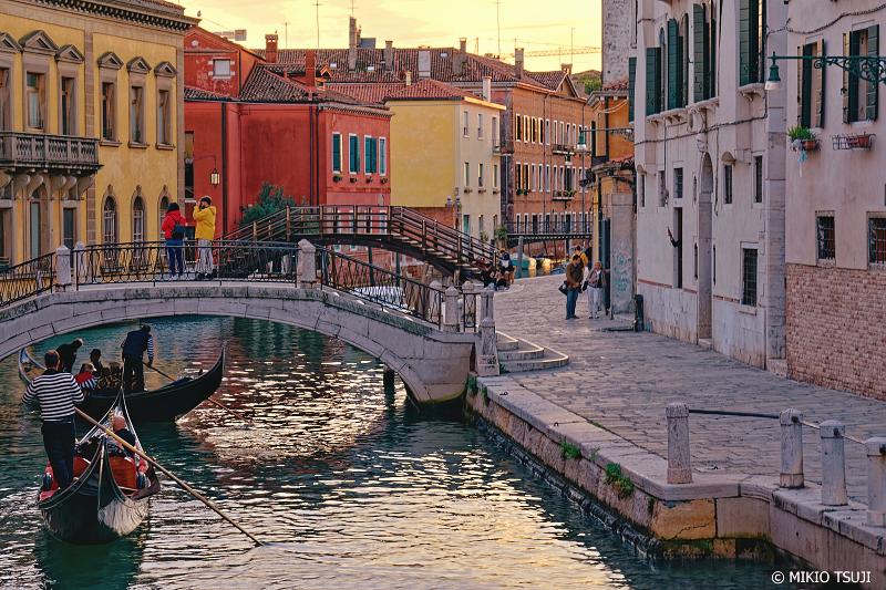 絶景探しの旅 - 0903 夕暮れの運河を行くゴンドラ (イタリア ベネチア)