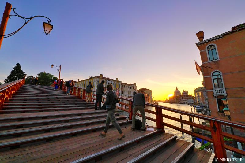 絶景探しの旅 - 0935 朝の光を受けるアッカデーミア橋 (イタリア ベネチア)