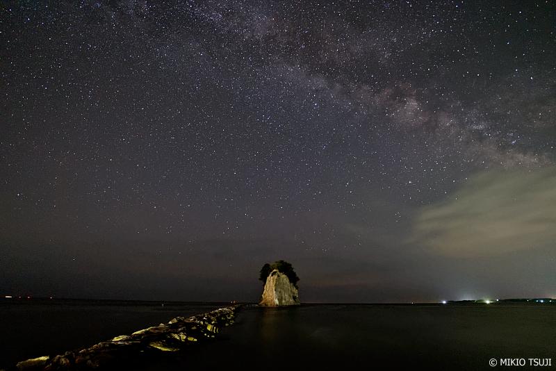 絶景探しの旅 - 0962 見附島と天の川広がる能登半島の夜空 (石川県 珠洲市)