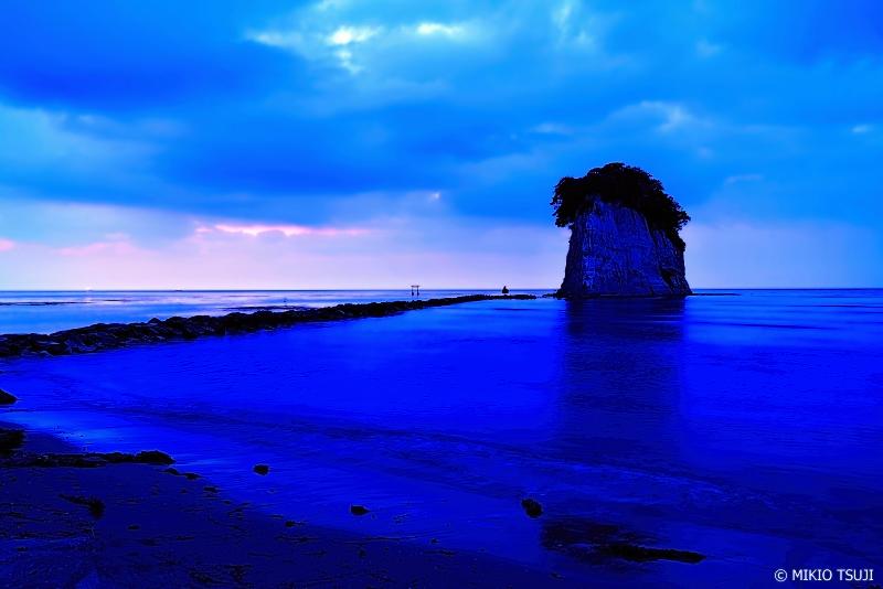 絶景探しの旅 - 0963 見附島の蒼い朝 (石川県 珠洲市)