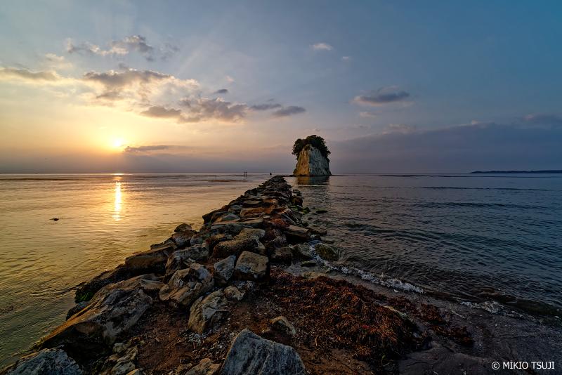 絶景探しの旅 - 0966 薄明光線伸びる見附島の朝 (石川県 珠洲市)