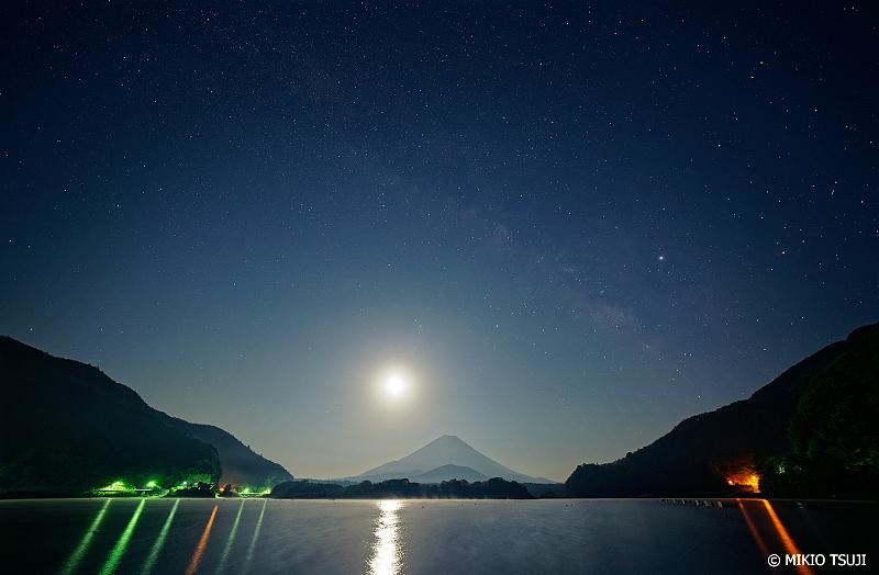 絶景探しの旅 - 0989 富士山と月をまたぐ天の川 (精進湖/山梨県 富士河口湖町)